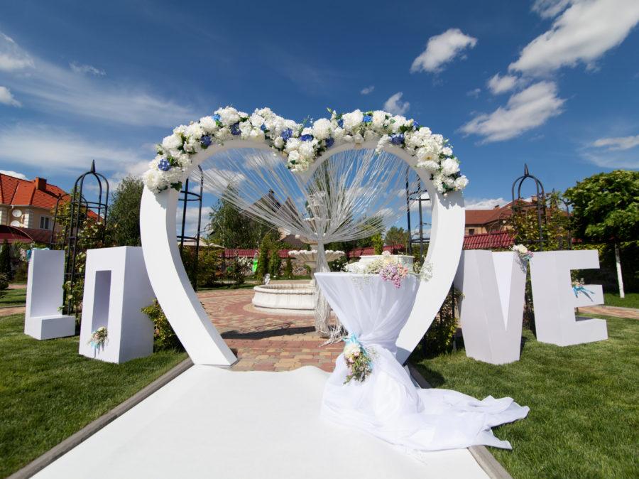 ウエディングの結婚式場やパーティー会場を賑やかにする装飾ツールとは