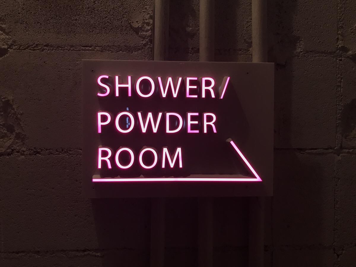 室内に設置されたLEDサイン事例の様子